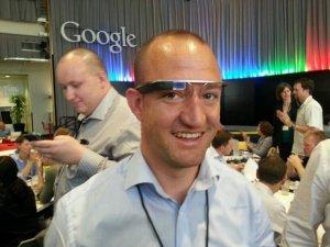 Philipp auf dem Google-Gelände beim Testen der Google Glasses