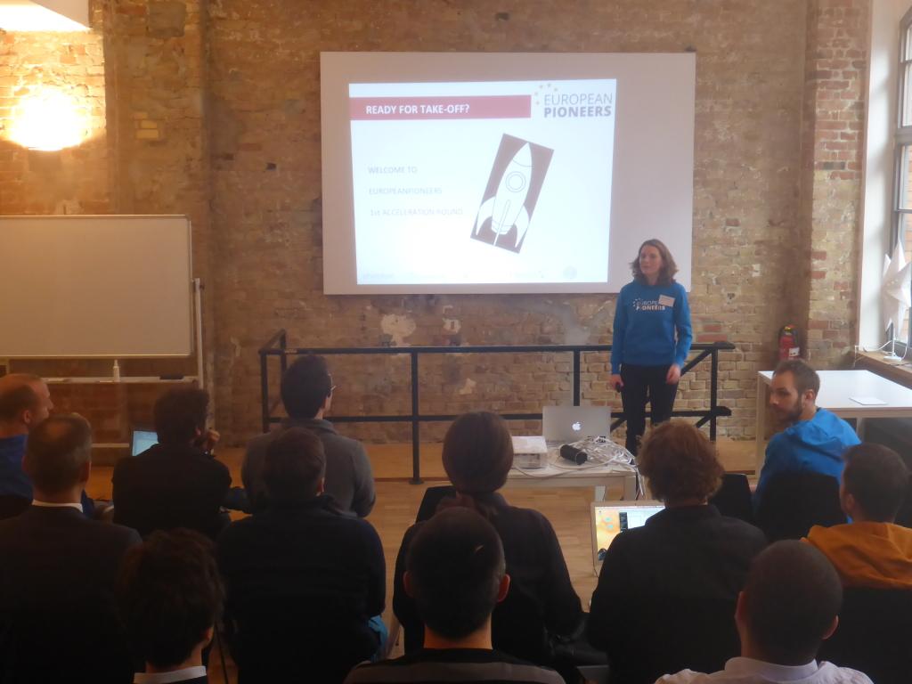 Laura_Kohler_von_etventure_begrüßt_Teilnehmer_des_Accelration-Programms