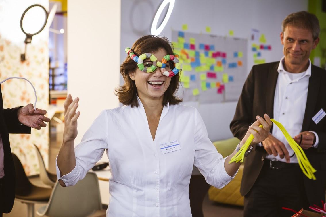 In Zusammenarbeit von FinTechs und Banken wurden im Design Thinking Workshop Prototypen für das Wealth Management 2020 entwickelt - hier eine Datenbrille zur Szenario-Simulation.