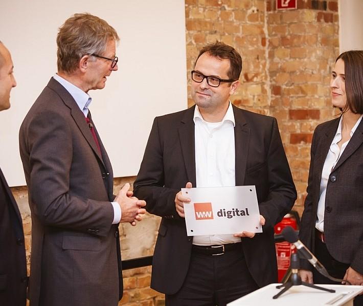 Übergabe des Schildes für das neue Büro der W&W Digital in den Berliner Ackerhöfen