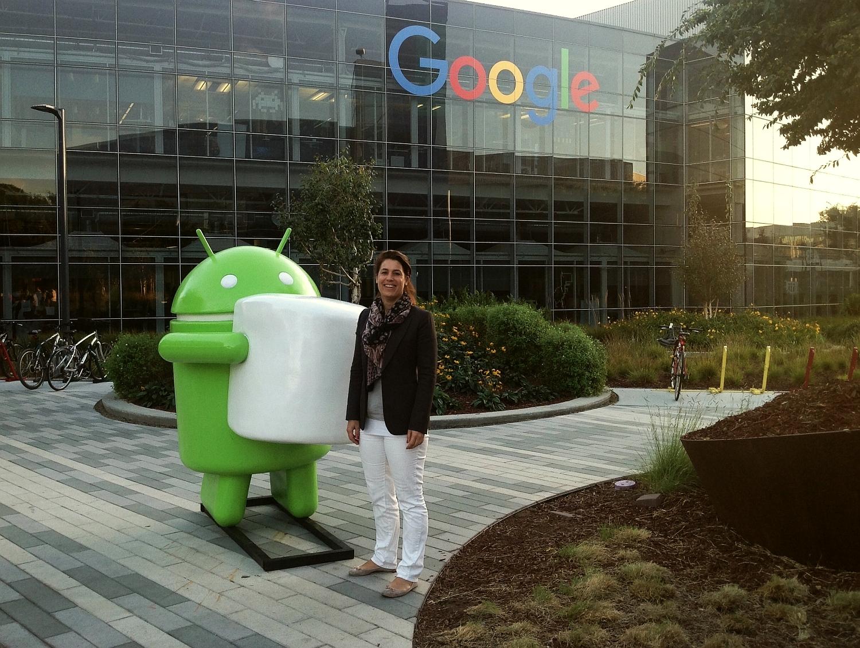 Birte Gall mit dem Android-Mannequin vor dem Google Hauptquartier im Silicon Valley