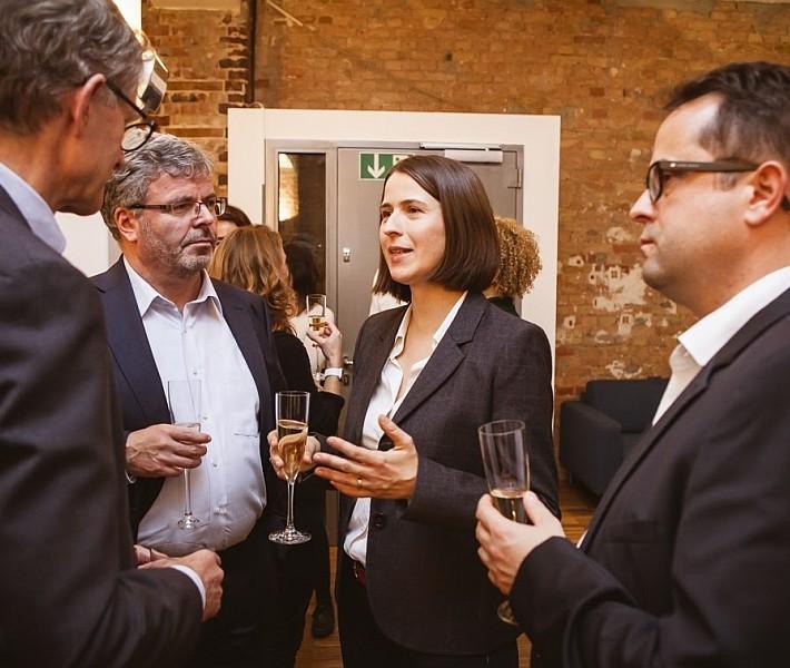 Carolin Kröger im Gespräch mit Dr. Erdland und Mit-Geschäftsführer Nils-Christoph Ebsen sowie Dr. Manfred Oschwald