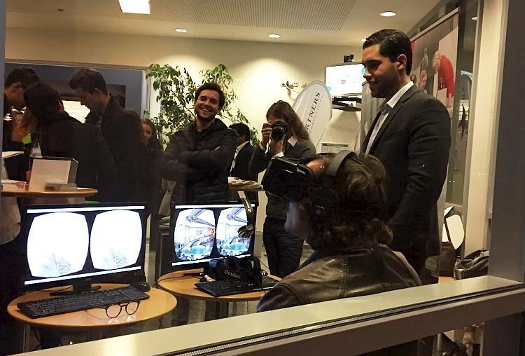 Ein Student in der etventure Achterbahn - mit Oculus Rift